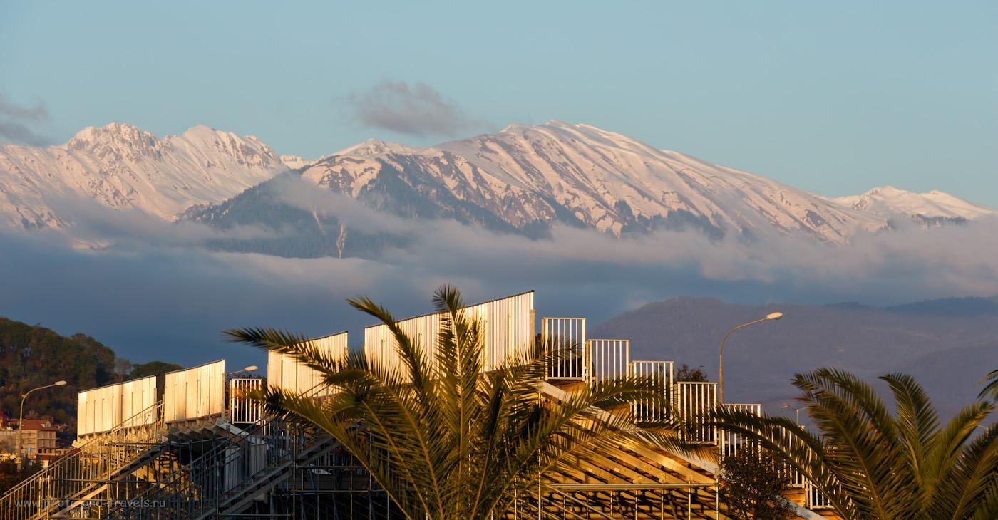 Фото 39. Заснеженные горы Кавказского хребта. Вид из Олимпийского парка в Сочи. 1/250, f/8, ISO 200, 108мм.