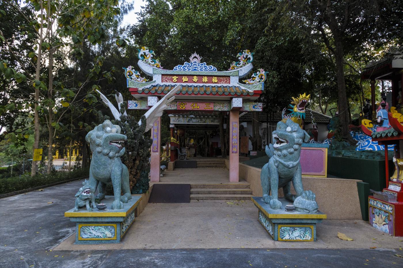 Снимок 38. Китайские львы в парке Ванг СамСьенг (Wang Sam Sien), что рядом с Большим Буддой. Как мы поднимались на холм Пратамнак в Паттайе. 1/60, -0.33, 8.0, 500, 8.8.