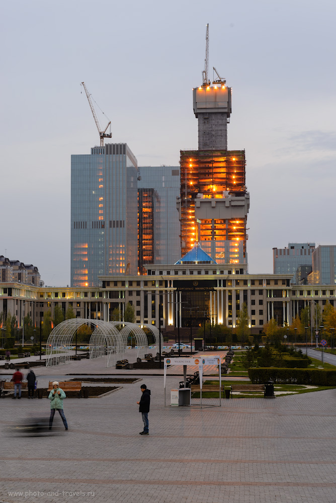 Фото 11. Если не ошибаюсь, это - строящееся самое высокое здание в Центрально Азии. Называется небоскреб «Абу-Даби Плаза». Высота – 382 метра. Цена – 1,6 млрд. USD. Настройки при съемке: 1.6, +0.33, 9.0, 100, 70.