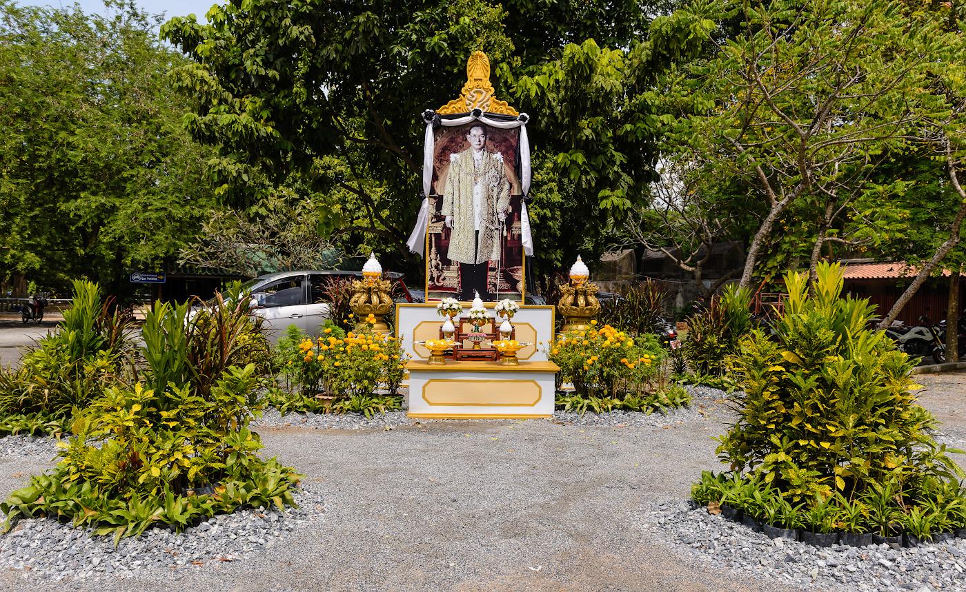 Фотография 2. Алтарь короля Рамы IX (Пхумипон Адульядет) в парке у подножья Храма Истины в Паттайе. Из-за траура по правителю Таиланда большинство развлекательных заведений в стране в конце октября 2018 года не работало. 1/200, 8.0, 100, 24.