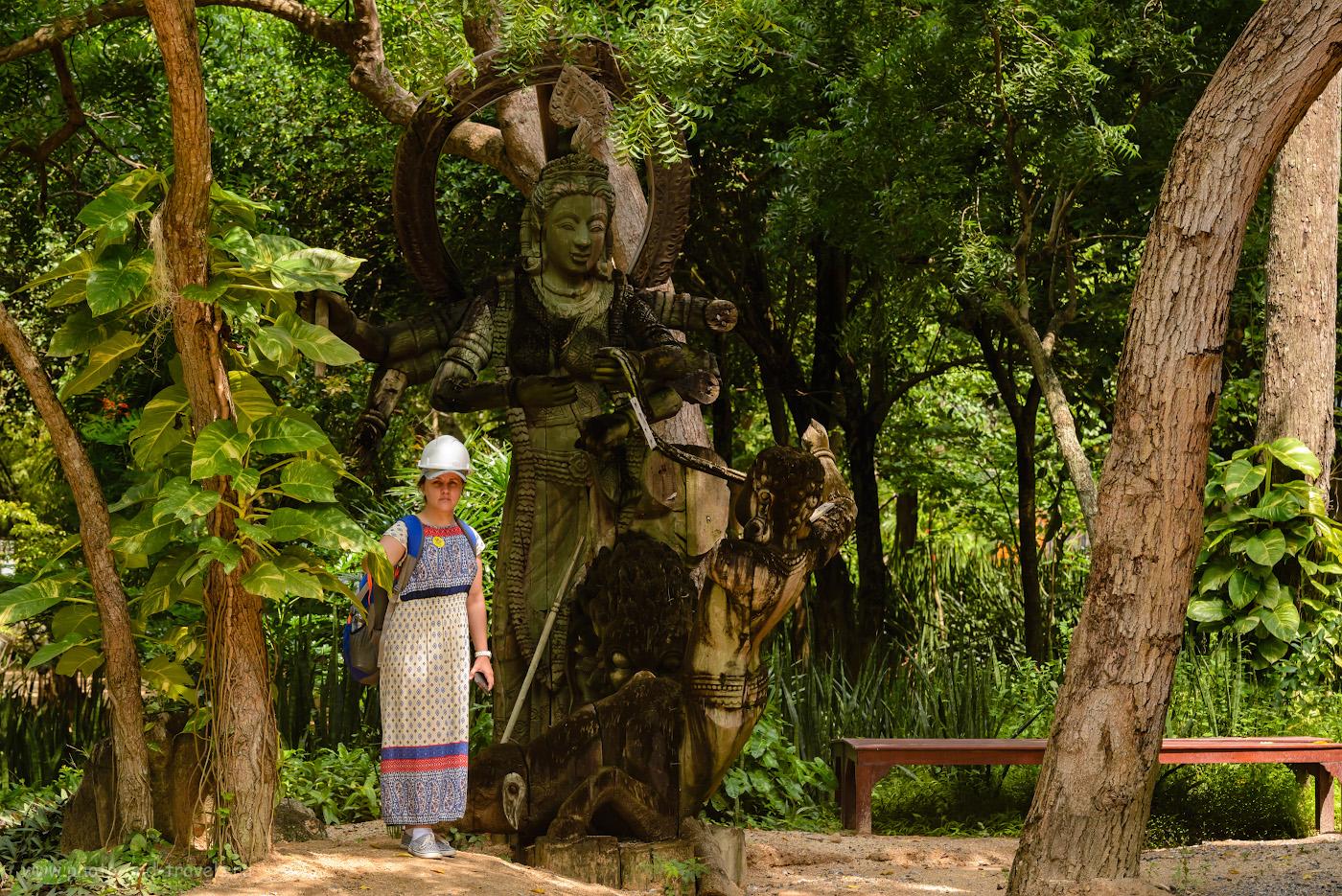 Фото 14. Фотосессия в саду у подножья Храма Истины в Паттайе. Каждый посетитель получает строительную каску и номерок. 1/250, -1.0, 10.0, 800, 122.
