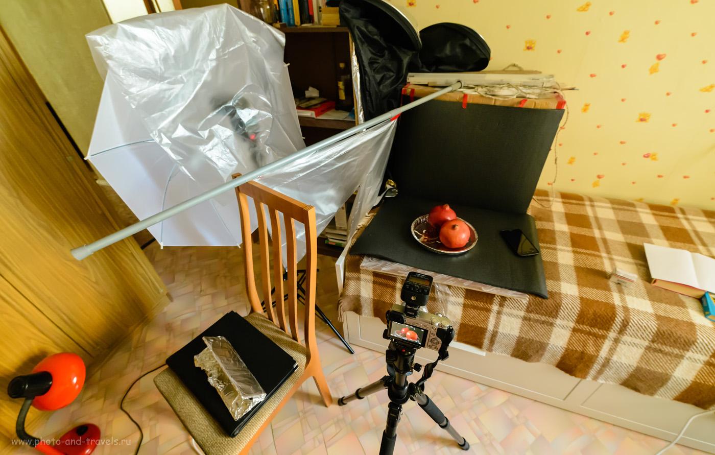 Фото 10. Чтобы в дальнейшем приглушить освещенность фона, я слева установил черную преграду. Фотографируем натюрморт на Sony A6000 KIT 16-50mm f/3.5-5.6 с внешней вспышкой Yongnuo YN-685N и радиопередатчиком Yongnuo YN-622N-TX.