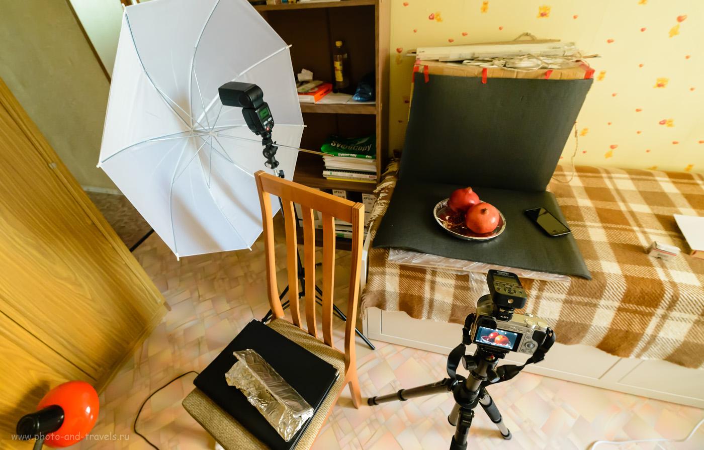 Фото 6. Домашняя студия для съемки натюрморта. Камера Sony A6000 KIT 16-50mm f/3.5-5.6 с переходником Pixel TF-334 установлена на штатив Sirui T-2204X с головой G-20KX. Слева – вспышка Yongnuo YN-685N на стойке с белым зонтом Vitrox. Все кадры с бэкстейджа получены на Nikon D610 + ширик Samyang 14mm f/2.8. Настройки этого снимка: В=1/13 сек., экспокоррекция 0EV, f/5.6, ISO 6400, ФР=14 мм.