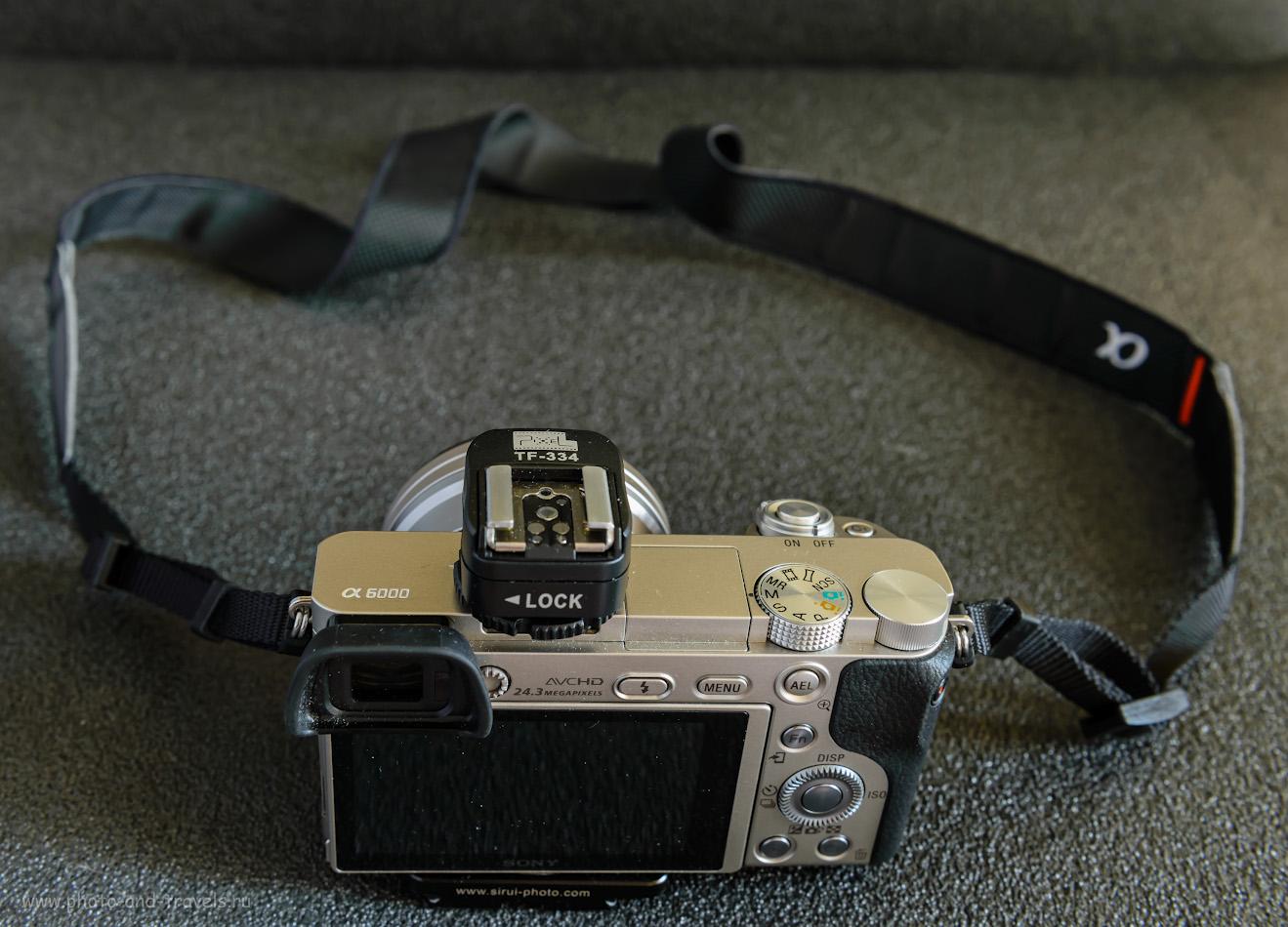 Фото 2. Так выглядит беззеркалка Sony A6000 с переходником для «горячего башмака» с Nikon на Sony Pixel TF-334.