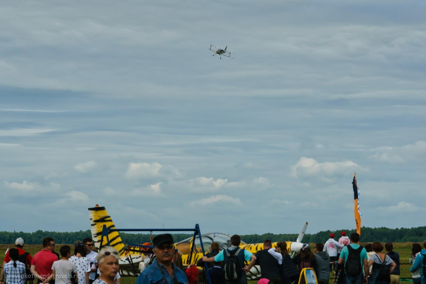 Фотография 5. Полеты авиамоделей на аэродроме в Логиново. Съемка на Sony A6000 с телеконвертером Nikon TC 14-E II и телеобъективом Nikon 70-200mm f/2.8. Настройки: 1/640, +0.7 EV, ISO 500.
