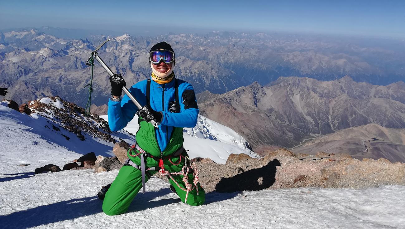 Мой знакомый два года назад совершил восхождение на высочайшую вершину Европы гору Эльбрус. С собой у него не было ни зеркалки, ни беззеркалки – в кармане лежал смартфон Huawei P10…