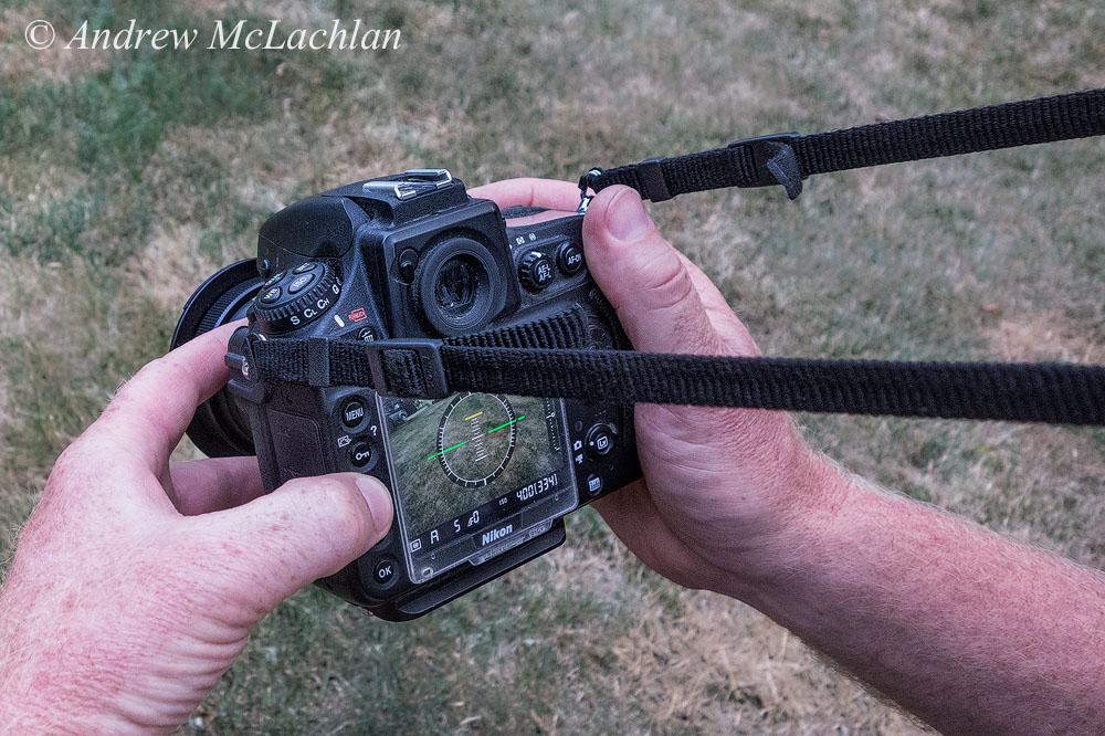 Фотография 4. Ремень натянут на шею, тушка Nikon D800 крепко держится на вытянутых руках, чтобы обеспечить стабильность. Включены режимы «Live View» и «Виртуальный горизонт». Большой палец левой руки – на кнопке «Увеличение», указательный и средний – на кольце фокусировки. Уроки макросъемки на Laowa 15mm f4 1:1 Macro. Снято на компакт Sony Cyber-Shot RX100.
