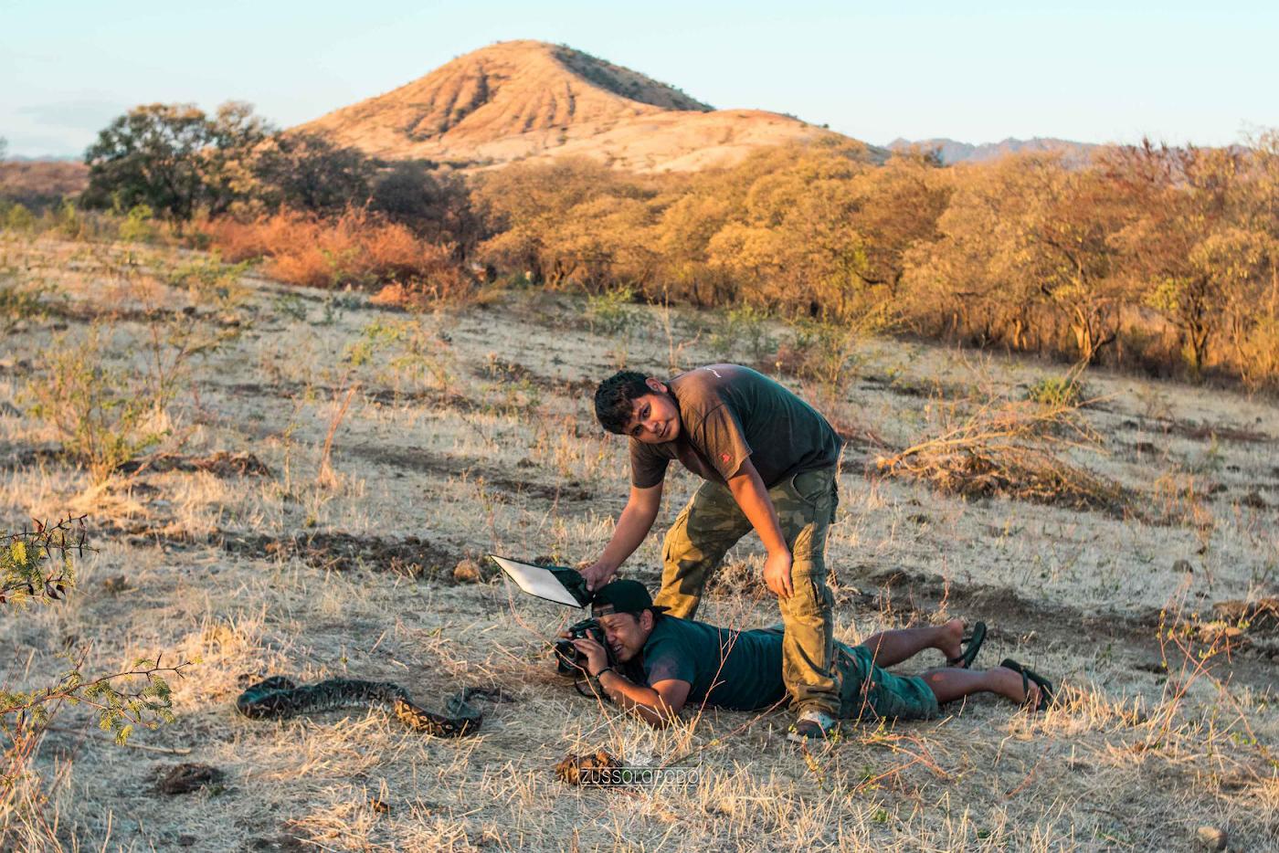 Фото 24. В поисках интересного ракурса. Фотограф Juan Ma Gonzalez в одном из национальных парков Мексики за работой. Съемка на Nikon D5600 + Laowa 15mm f4 1:1 Macro.