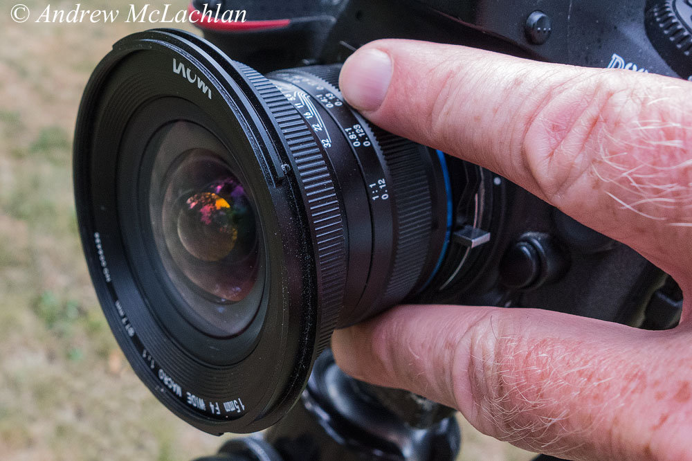 Фото 6. Указательный и средний пальцы на кольце фокусировки для настройки резкости. Процесс съемки макриком Laowa 15mm f4 1:1 Macro. Снято на компакт Sony Cyber-Shot RX100.