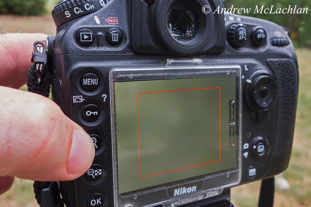 Фотография 5. В режиме Live View мой палец нажимает на кнопку «Увеличение». Далее я помещу глаза лягушки внутри красного прямоугольника, указательным и средним пальцами левой руки буду вращать кольцо фокусировки для наведения резкости. Как фотографировать на объектив Laowa 15mm f4 1:1 Macro. Снято на компакт Sony Cyber-Shot RX100.