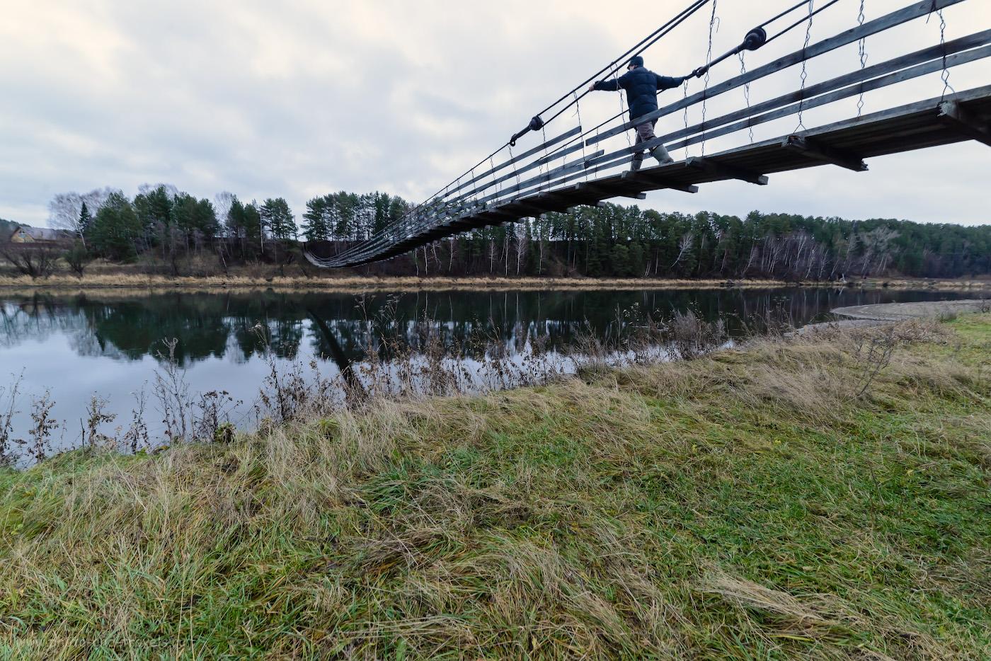 Фотография 5. Подвесной мост через реку Сылва в деревне Сасыково. По нему нужно перебраться на правый берег, чтобы дойти до Ильинского источника. Камера Nikon D610, объектив Samyang 14mm f/2.8. Настройки: ¼, 10.0, 800, 14.
