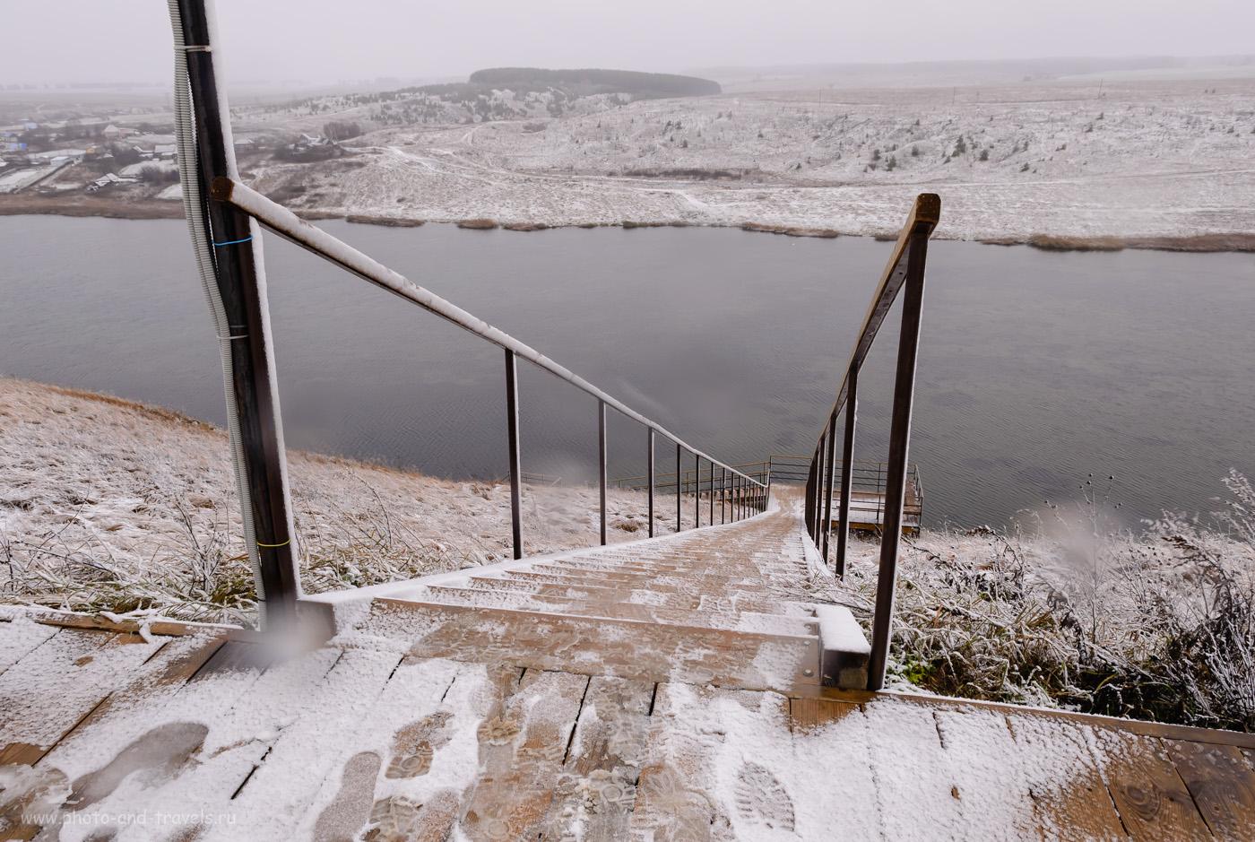 Фото 47. Лестница, по которой спелеологи спускаются в Ординскую пещеру. Вид на пруд на реке Кунгур. Отчет о поездке в село Орда в Пермском крае. 1/25, +1.33, 8.0, 320, 17.