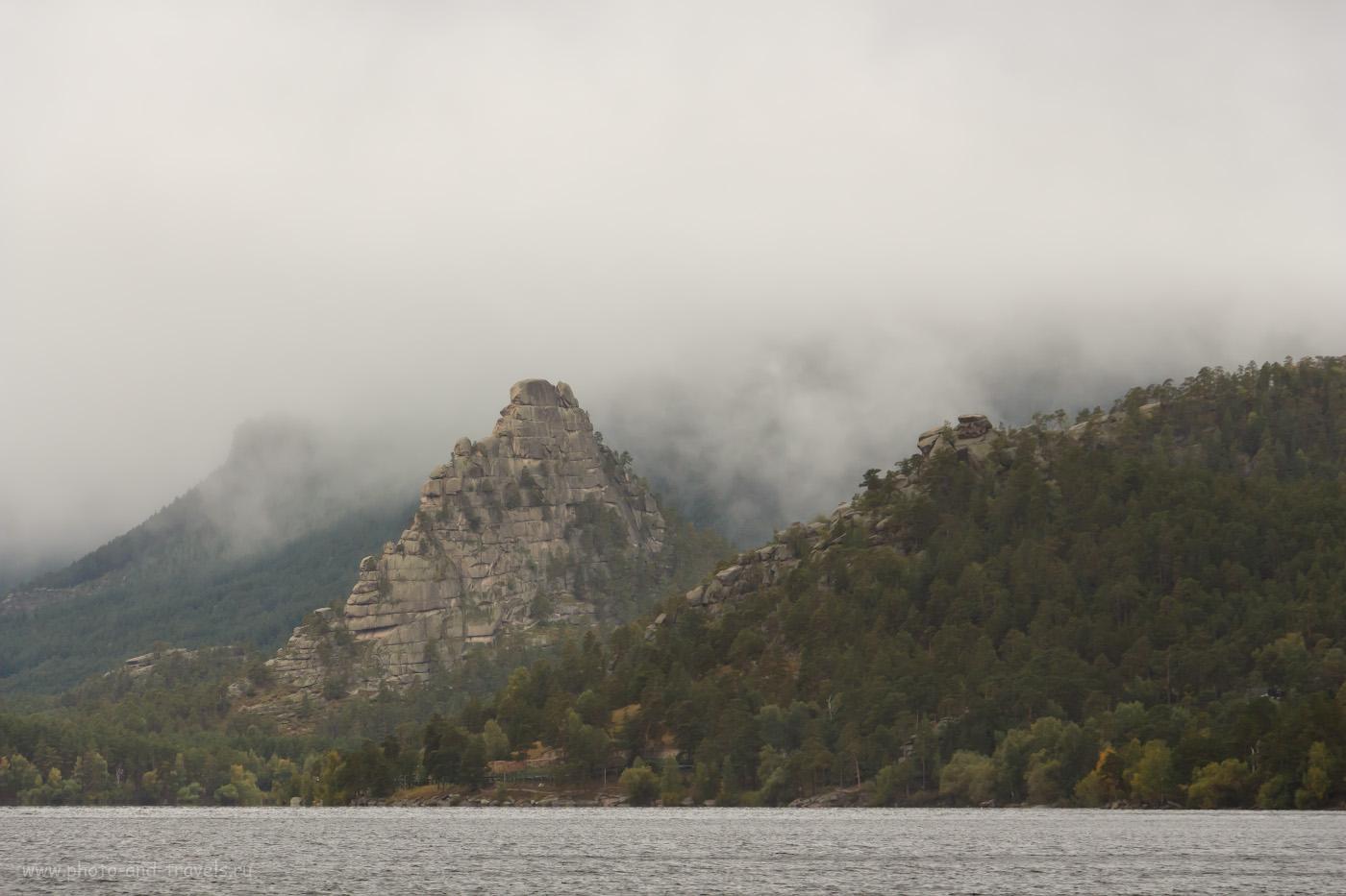 Фотография 3. Вид на скалу Окжетпес. Горы скрыты под низкими облаками. Погода в Бурабае в сентябре. Отчет о поездке в Казахстан на автомобиле. Камера Canon EOS 650D Kit 18-135mm f/3.5-5.6 IS. Параметры: 1/200, +0.3, 8, 200, 116.