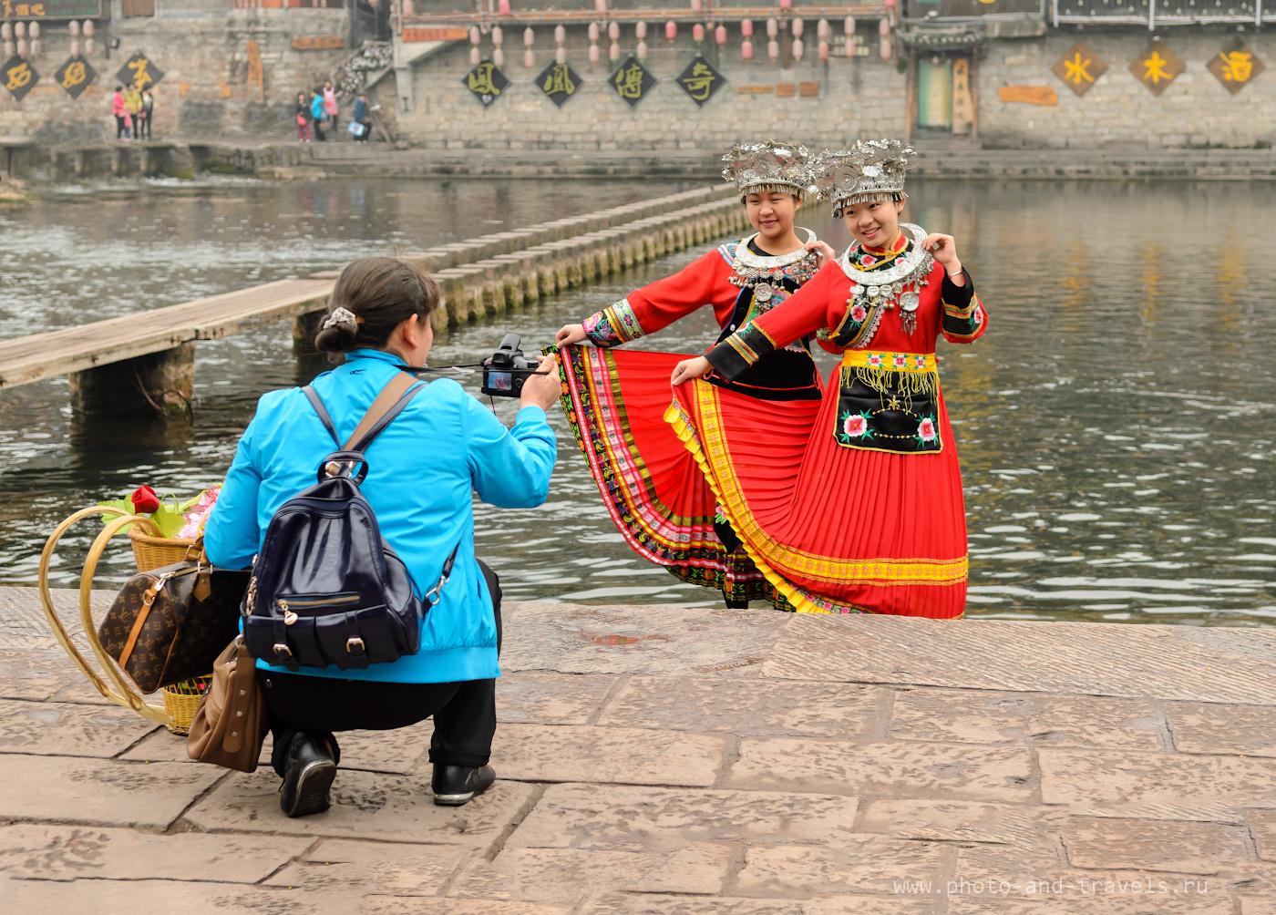 Фотография 21. Большие красные иероглифы не отвлекают зрителя от китайских красавиц. Результат работы инструмента «Replace Color» в «Photoshop».