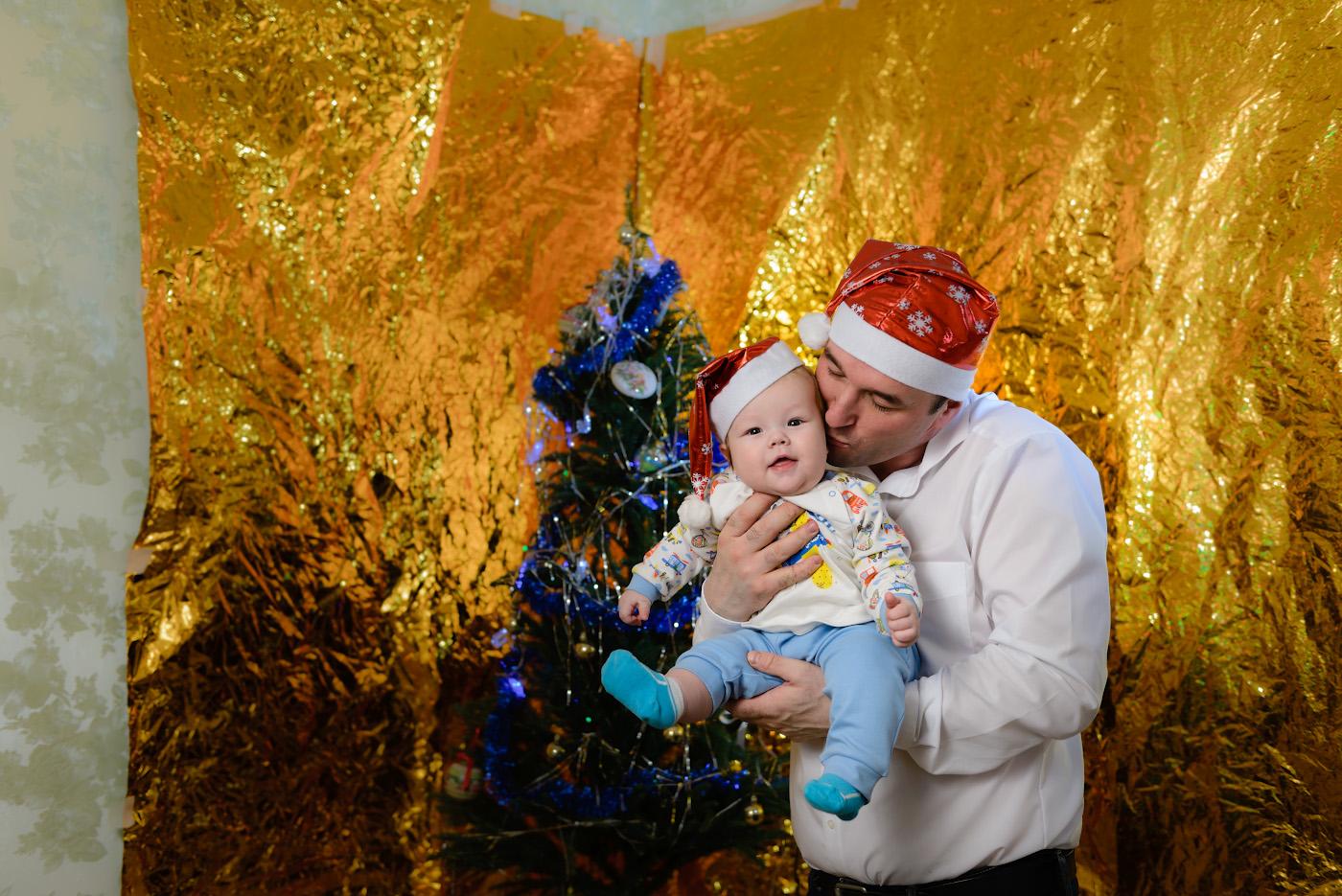 Фото 31. Новогодняя фотосессия с маленьким ребёнком. Снято на зеркалку Nikon D610 + Nikon 50mm f/1.8G. Освещение от одной внешней вспышки Yongnuo YN-685N. Настройки: 1/200, 3.2, 160, 38.