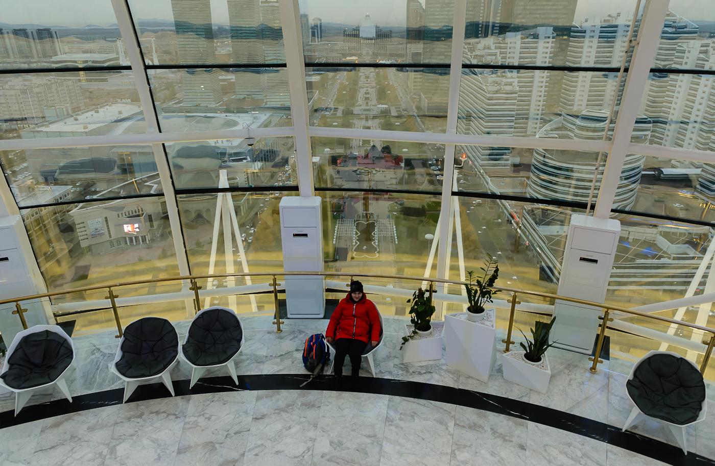 Фото 1. Как наш главред побывал в Астане, столице Казахстана. Снято на Nikon D610 + Nikon 24-70mm f/2.8G без вспышки. Параметры съемки: В=1/50, +0.33EV, f/4.5, ISO 1800, ФР=24 мм.