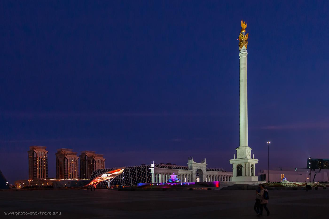 Фото 33. Площадь Независимости, монумент «Казак Ели» и экран-лист монумента «Стена Мира» в Астане. 1/20, -0.3, 3.5, 800, 18.