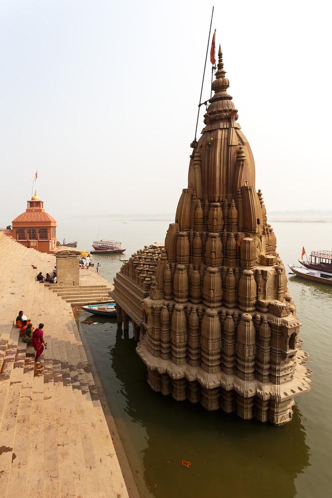 Фото 11. Затонувший храм (Ratneshwar Mahadev Mandir) на гхате Скиндия в Варанаси. Отзывы туристов о поездке в Бенарес (1/400; 0; 8; 100; 17).