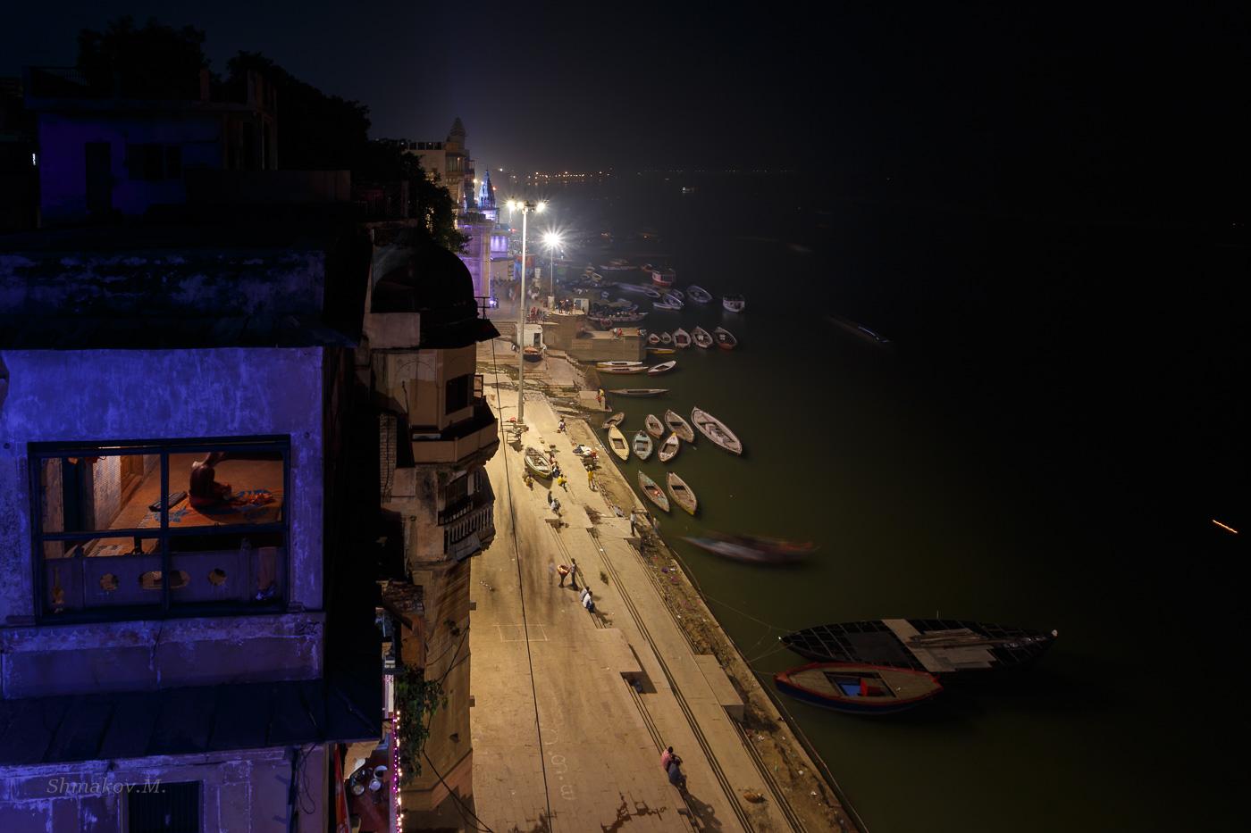 Фото 18. Окно, фонари, лодки. Отзывы о поездке в Варанаси (8; -1; 13; 100;17).