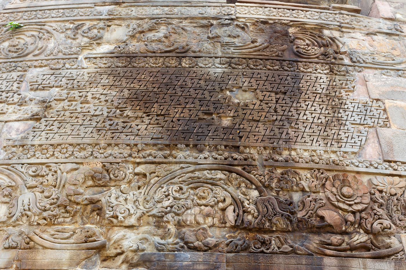 Фото 22. Орнамент на ступе в Сарнатхе. Отчет о поездке в Варанаси из Дели.
