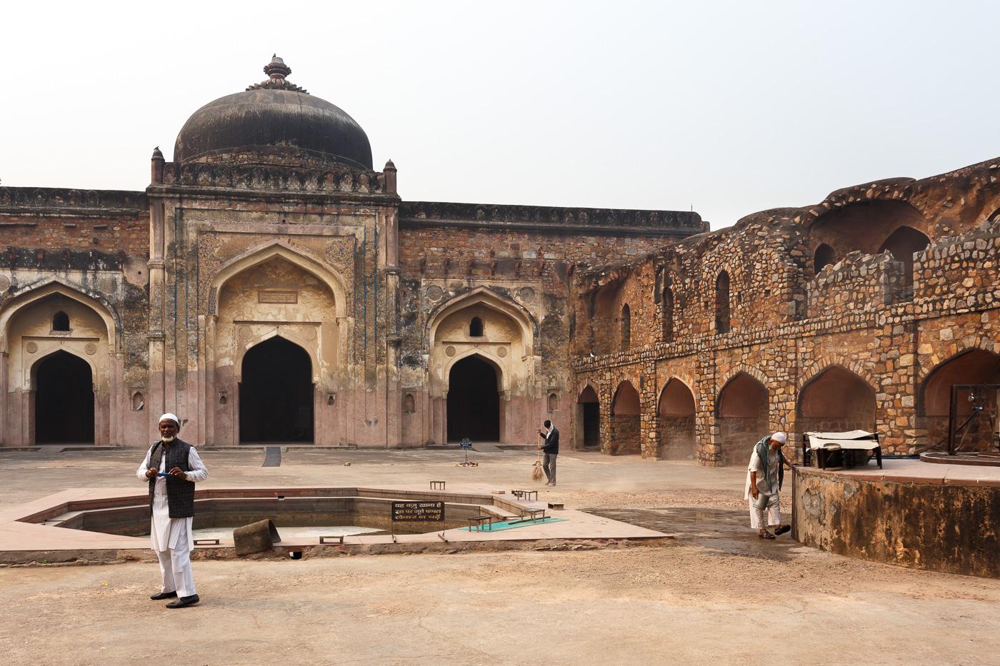 Фото 4. Мечеть Хайрул Маназил (Khairul Manazil). Что необычного можно увидеть в Дели. Отчет о самостоятельном путешествии в Индию.
