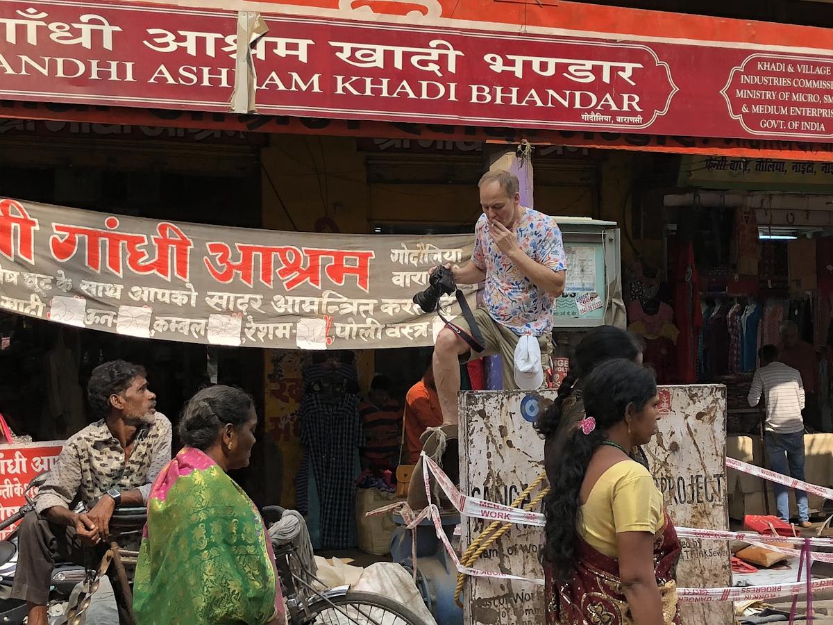 Индия - место, где можно стать самим собой. Михаил Шмаков ищет лучшие ракурсы для съемки фотоотчета о прогулках по Дели.