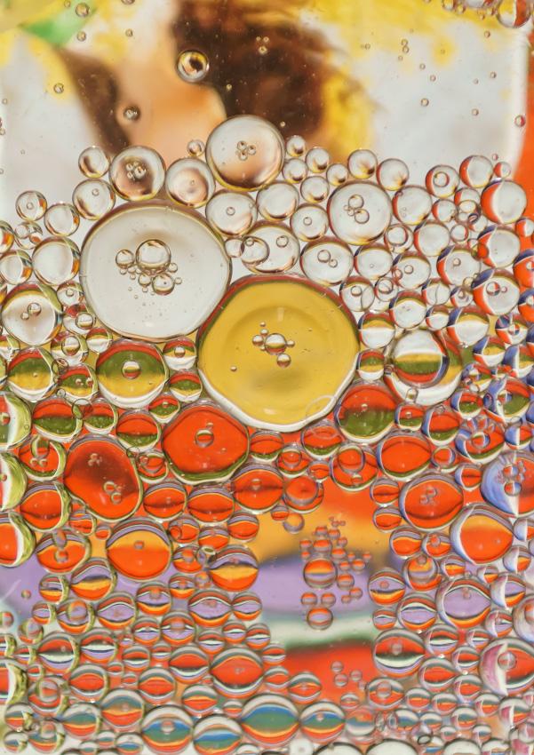 Фото 1. Пузыри масла в воде. Снимаем абстрактный натюрморт на камеру Sony A6000. Объектив Nikon 24-70mm f/2.8, установленный через адаптер Viltrox NF-NEX. Настройки: 1/80, +1.7 EV, ISO 1000.