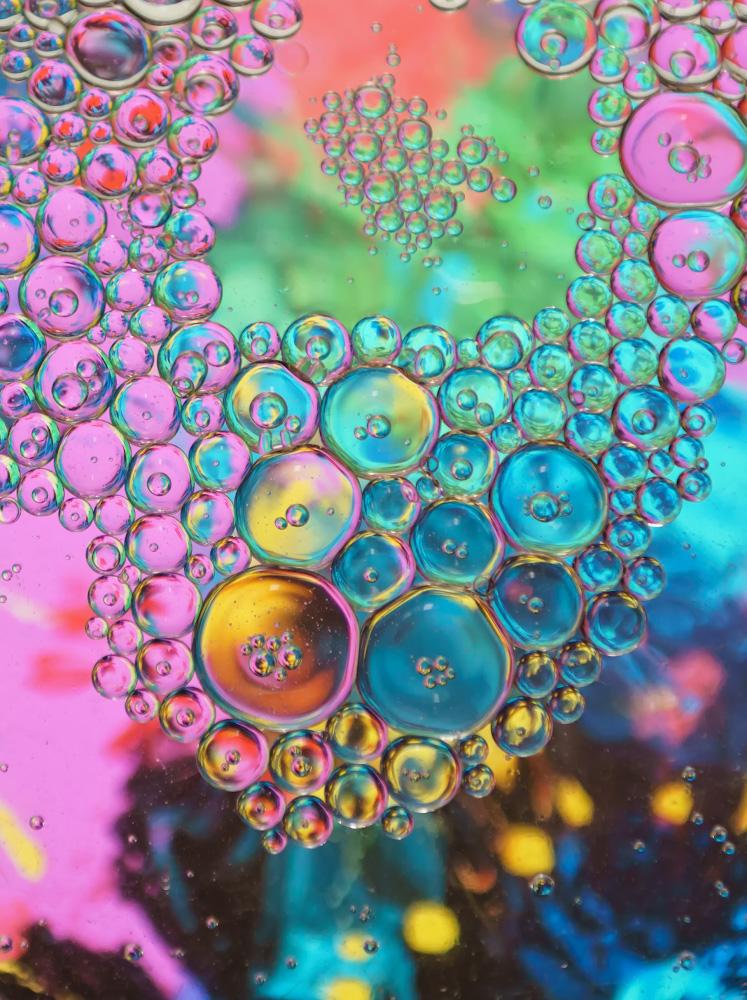 Фотография 6. Съемка абстрактного натюрморта с пузырями. Масло и вода. Камера Sony A6000 и объектив Nikon 24-70mm f/2.8G. Настройки: 1/60, +1.7, 2.8, 500, 70.