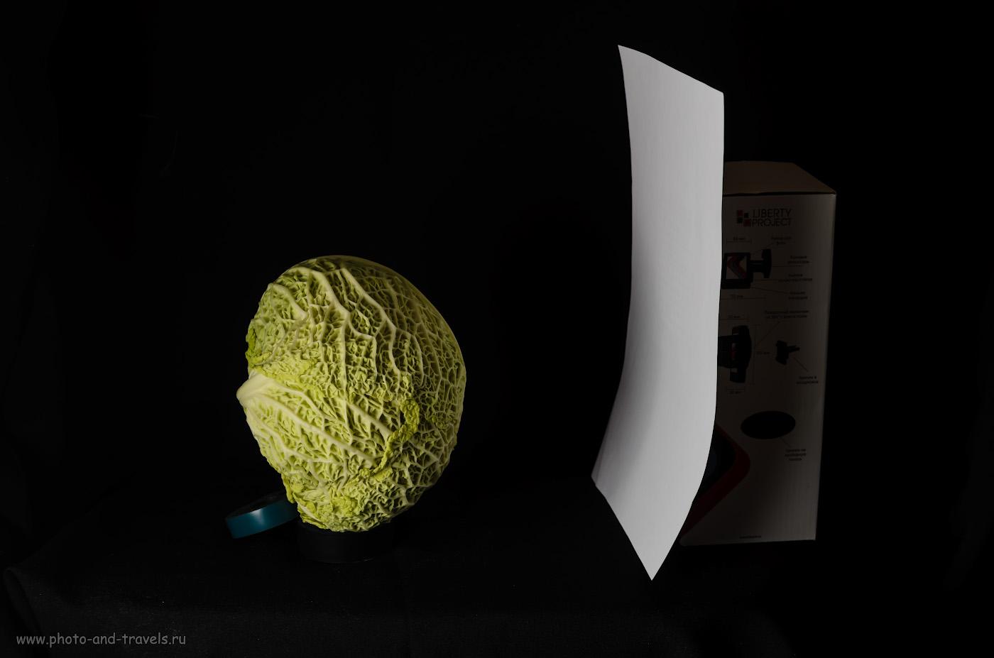 Фотография 5. Фотографируем капусту на черном фоне. Справа – белый отражатель для подсветки теней. Снято на любительскую зеркалку Никон Д5100 с зумом Никон 17-55/2.8. Освещение - от софтбокса с двумя вспышками Yongnuo YN-685N. Управление от трансмиттера Yongnuo YN-622N-TX.