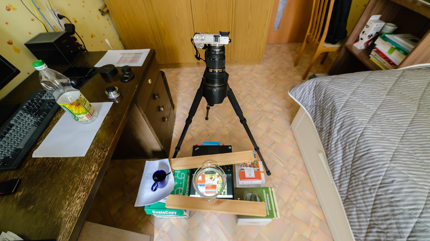 Фото 3. Мини-студия для съемки пузырей масла в воде. Камера Sony A6000 + адаптер Viltrox NF-NEX + объектив Nikon 24-70mm f/2.8G. Все это установлено на штатив Sirui T-2204X с головой Sirui G-20KX. Снято на полный кадр Nikon D610 с шириком Samyang 14mm f/2.8. Настройки: 1/50, 4.0, ISO3600, 14.