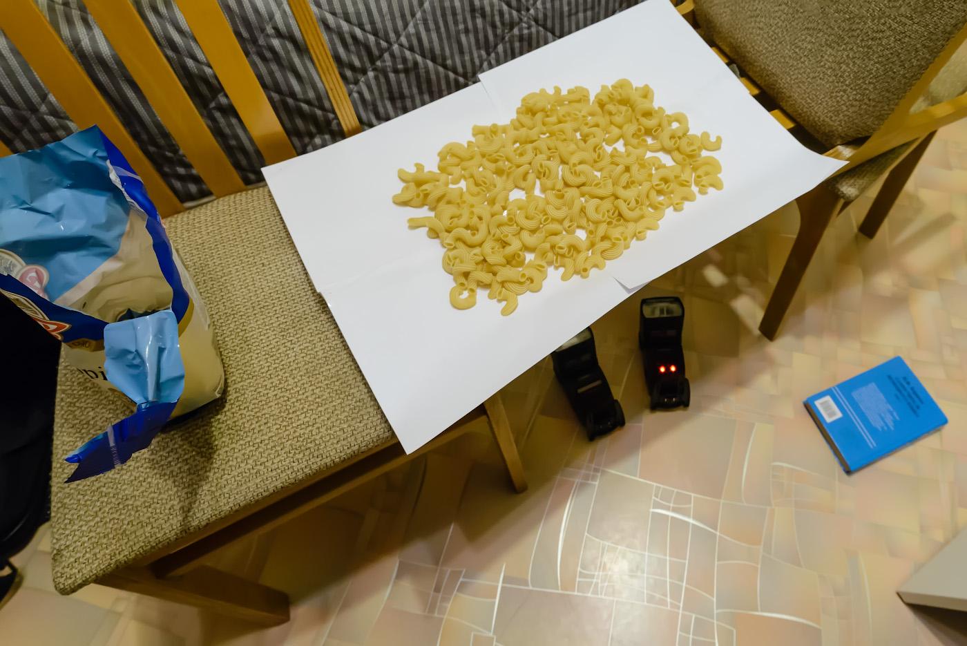 Фотография 22. Схема постановки света для натюрморта с макаронами. Снято на Nikon D610 и ширик Samyang 14mm f/2.8. Настройки: 1/30, 5.6, 2800, 14.