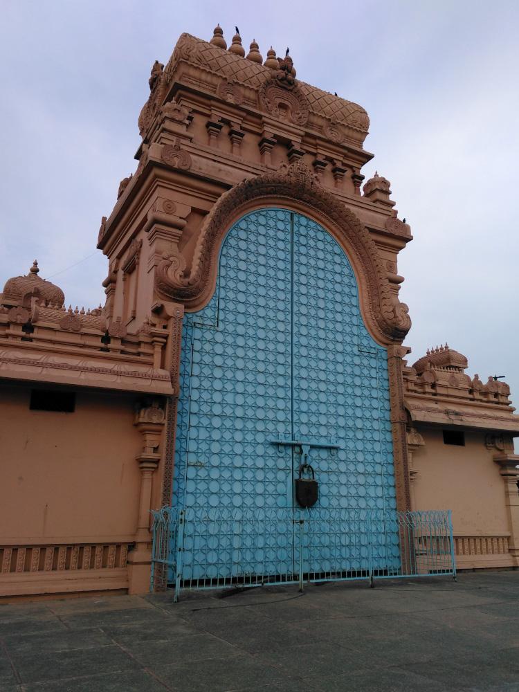 Фото 17. Таинственная дверь. Отзыв об экскурсии в храмовый комплекс Чаттарпур в Дели. Снято на смартфон.