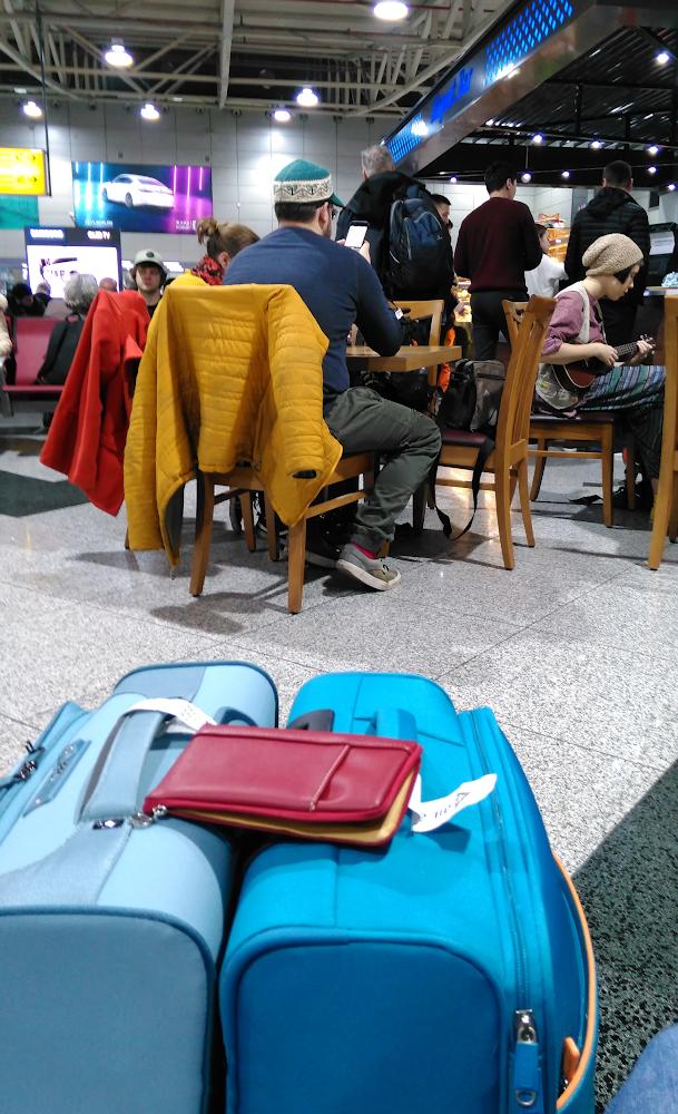 Фото 1. Зона вылета в аэропорту Алма-Аты. В ожидании рейса в Дели. Снято на смартфон.