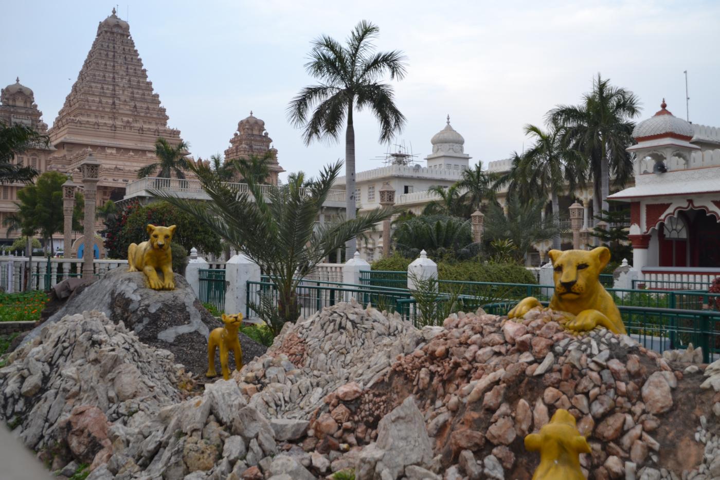 Фото 22. Композиция с леопардами на территории комплекса Чаттарпур Мандир. Поездка туристов из Омска на Мальдивы через Дели. 1/125, 5,6, 100, 55.