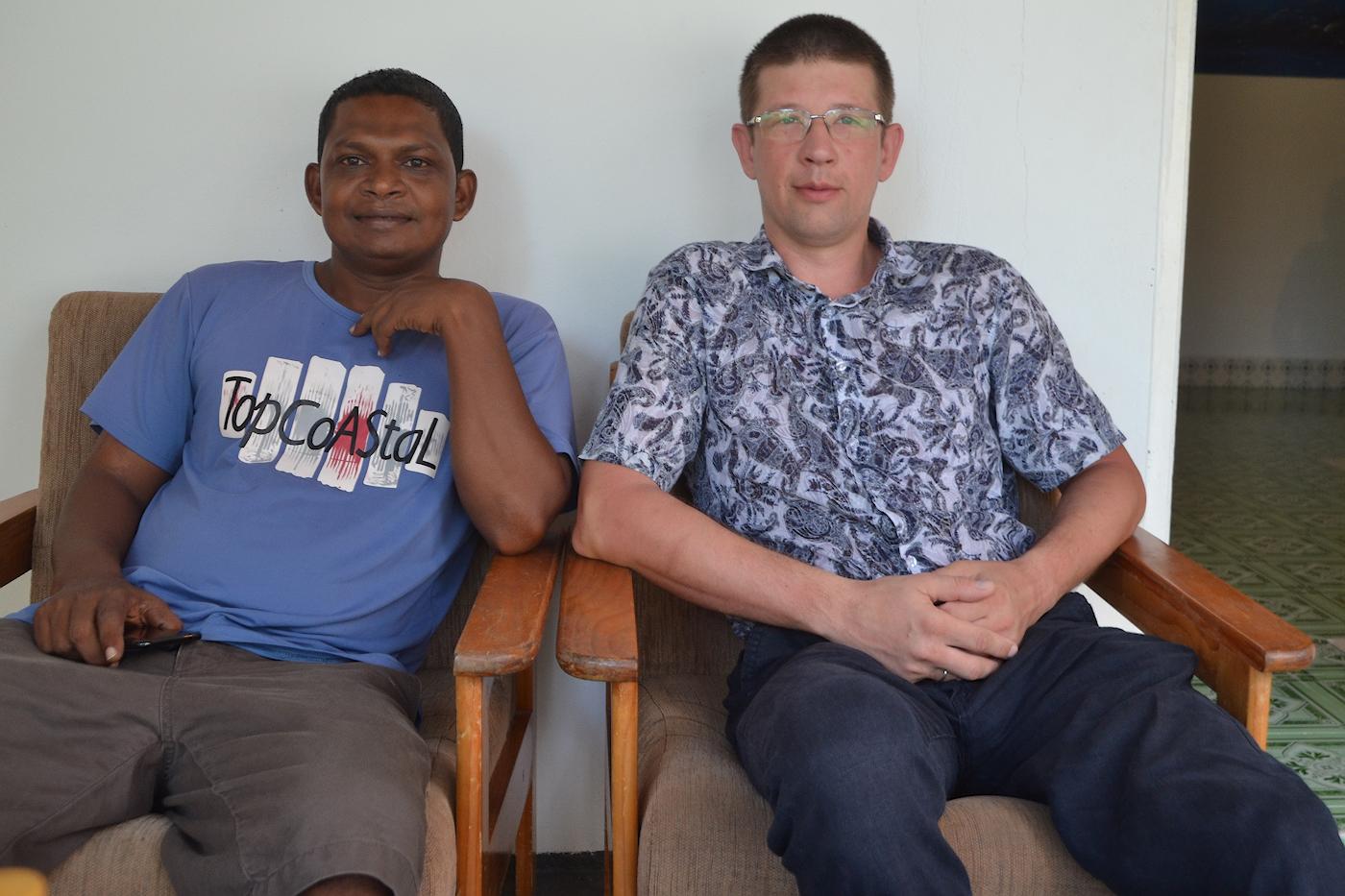 Фотография 3. Мой муж и Ибрагим, хозяин отеля «Alimas Inn» на острове Тодду. Как мы добирались из Омска на Мальдивы через Астану, Дели и Шри-Ланку. 1/25, 5.0, 400, 25.