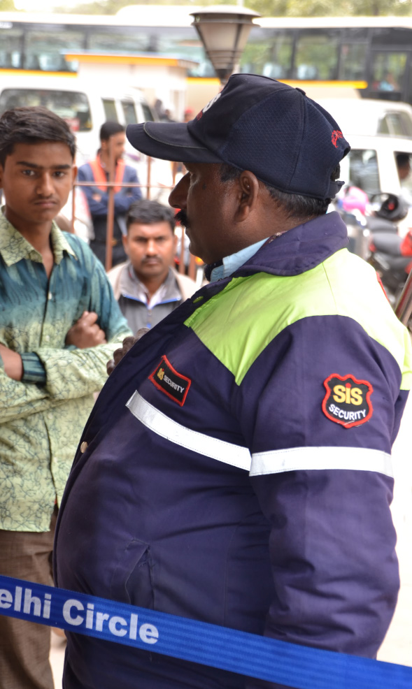 Фото 6. Охранник у кассы в комплекс минарета Кутб-Минар. Что самостоятельно посмотреть в Дели за полдня. 1/100,5, 400, 55.