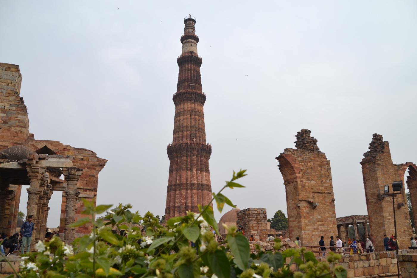 Фото 7. Великолепная башня-минарет Кутб-Минар. Как мы поехали на самостоятельную экскурсию в Дели во время перелета на Мальдивы через Казахстан, Индию и Шри-Ланку. 1/400, 10, 100, 55.