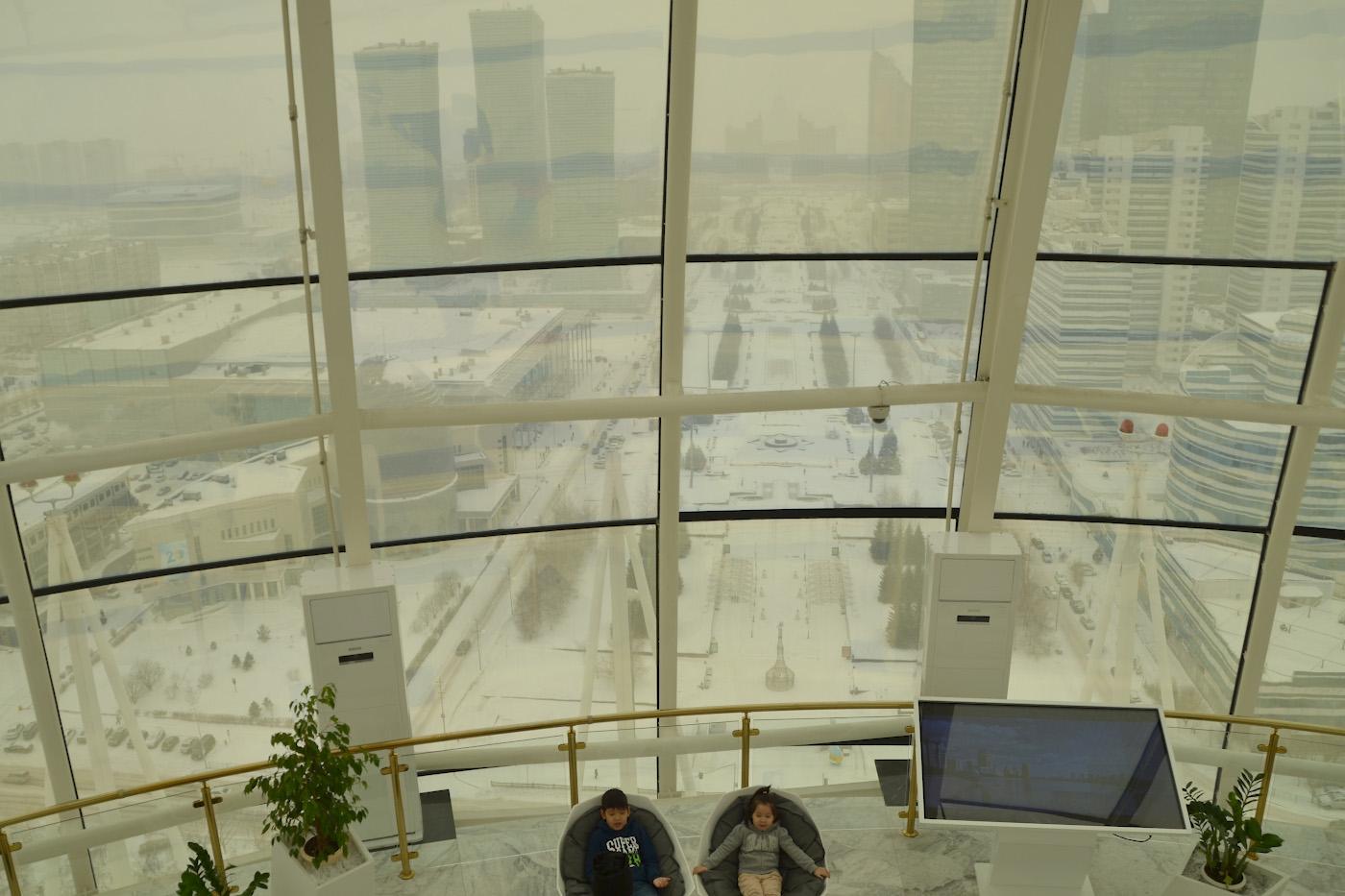 Фотография 8. Вид на бульвар Нуржол в центре Астаны из башни Байтерек. Отзыв туристов о путешествии на Мальдивы через Казахстан. 1/200, 7.1, 100, 55.