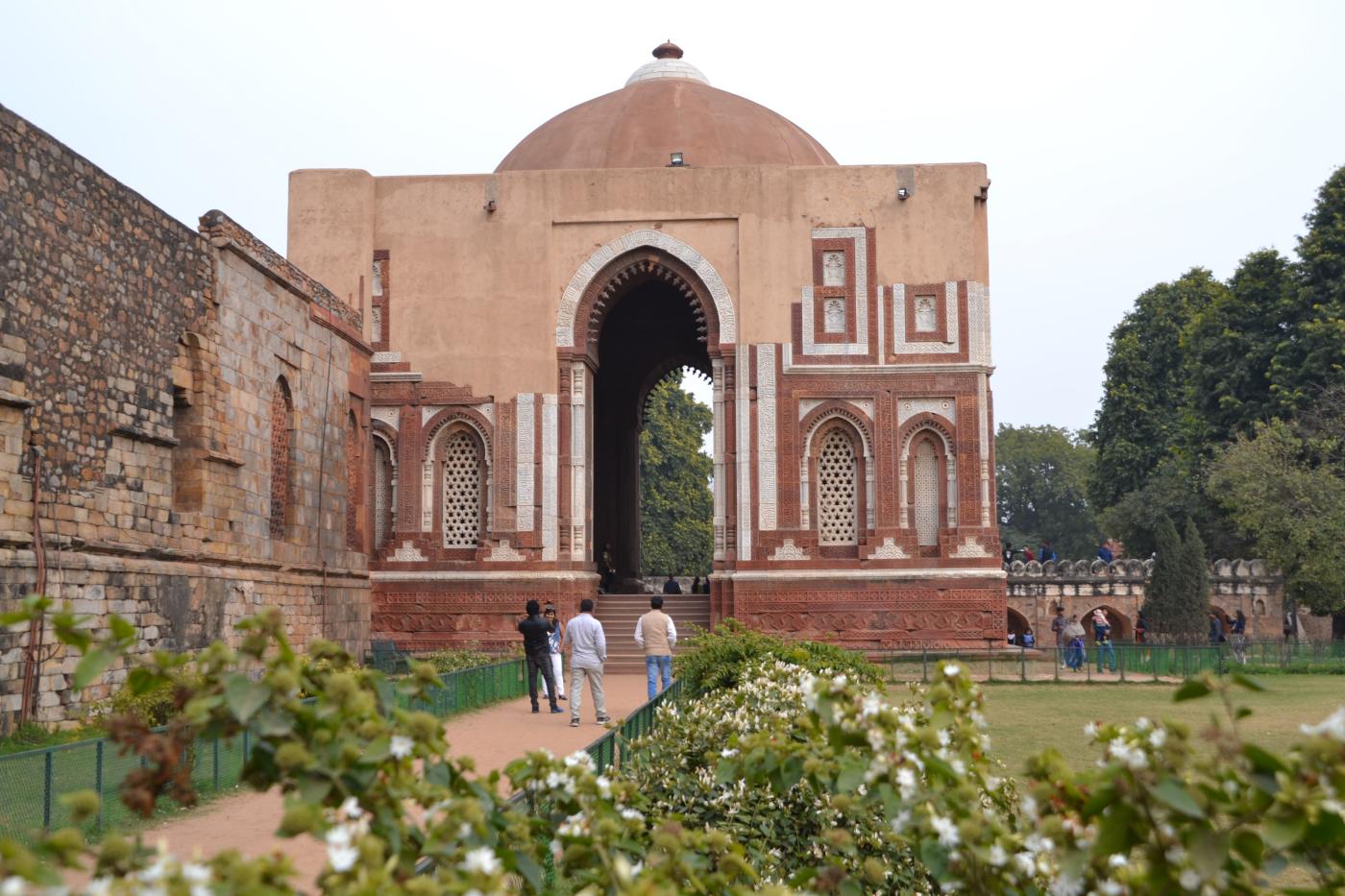 Фото 8. Мавзолей Алауддина Хильджи на территории комплекса Кутб-Минар в Дели. 1/250, 8, 100, 55.