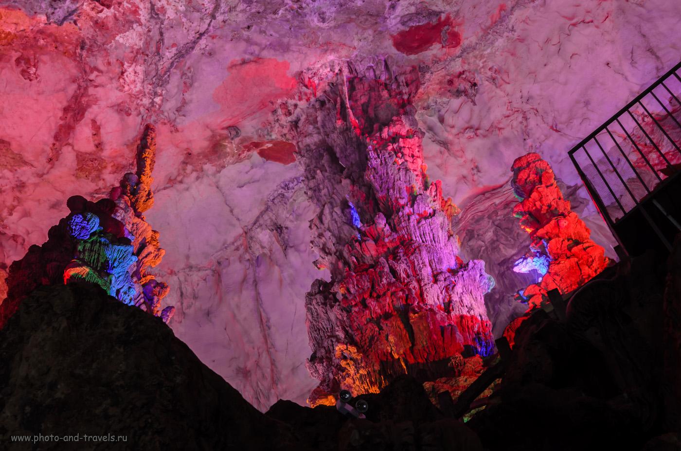 Фотография 6. Сталагмиты в пещере Crown Cave. Экскурсии в Гуйлине. Отчет о путешествии по Китаю самостоятельно. Параметры съемки: 1.6 сек., 8.0, 400, 31.