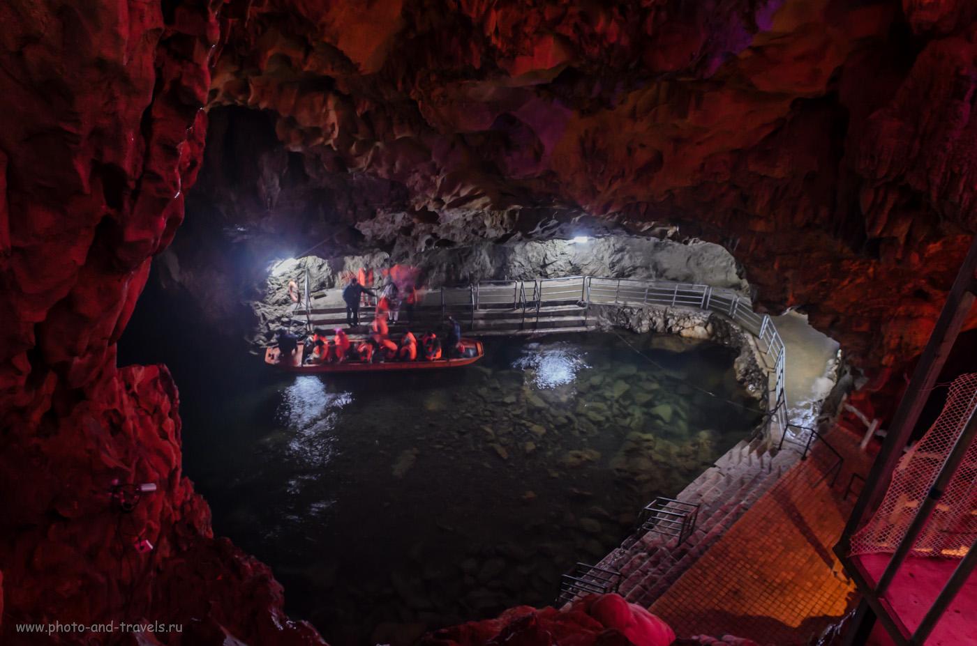 7. В пещере Короны в окрестностях Гуйлиня туристов катают на поезде и на лодках (3 секунды, f/9, 17mm, ISO 400). Отзывы об отдыхе в Китае