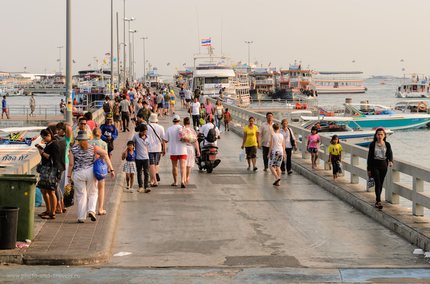 4. Пирс Бали Хай в Паттайе (Pattaya city). Отсюда туристы уезжают купаться на остров Ко Лан, где вода намного чище. AF-S VR Zoom-Nikkor 70-300mm f/4.5-5.6G IF-ED, 1/400 сек, A, f/7.1, 70 мм, 250.