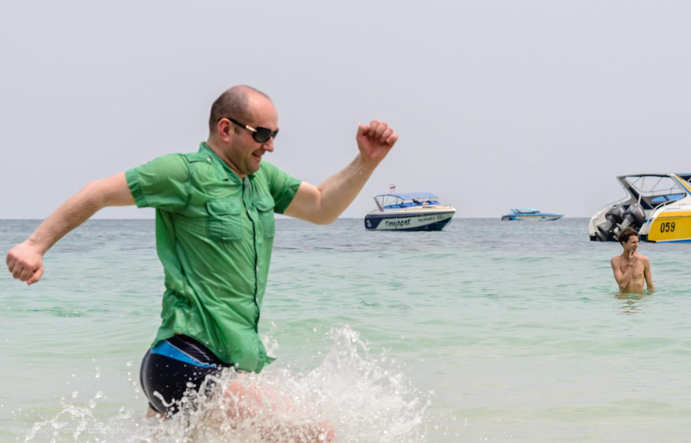 """13. На пляже Таваен (Tawaen beach) на острове Ко Лан невозможно сидеть спокойно. Как мы плавали на Koh Larn с пирса Бали Хай (Bali Hai Pier) самостоятельно. Снято на портретный объектив AF Nikkor 85mm f/1.8D, который предназначен для фотоаппаратов с """"отверткой"""". Параметры съемки: выдержка 1/1600 сек, компенсация экспозиции 0 eV, апертура f/7.1, ФР=85 мм, светочувствительность 400."""