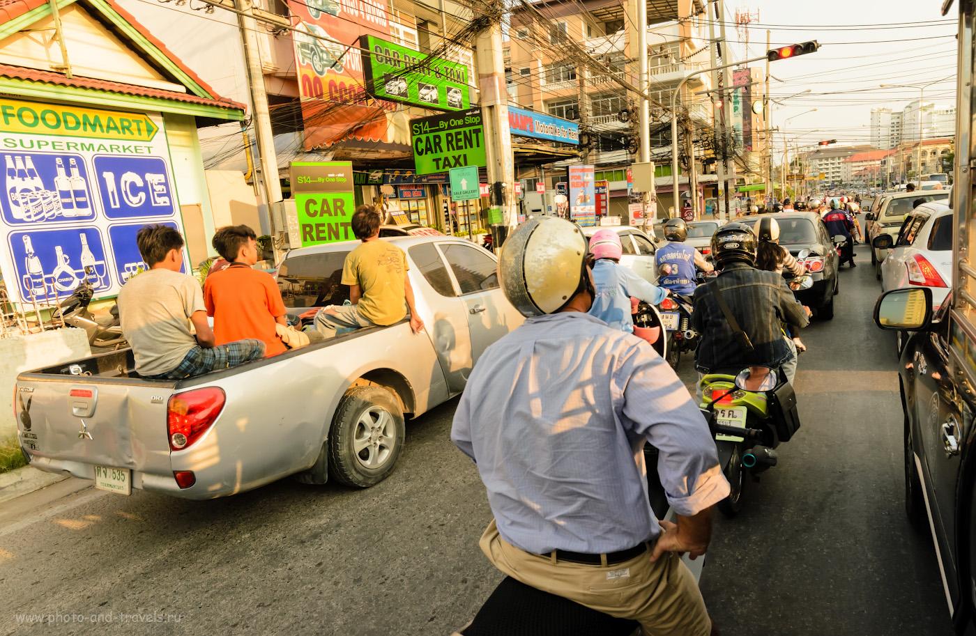 24. На улицах Паттайи в час пик. Снято изнутри тук-тука. Советы туристам, как добраться до пирса Бали Хай на общественном транспорте. В=1/320 сек, А, f/9, 14 мм, 400