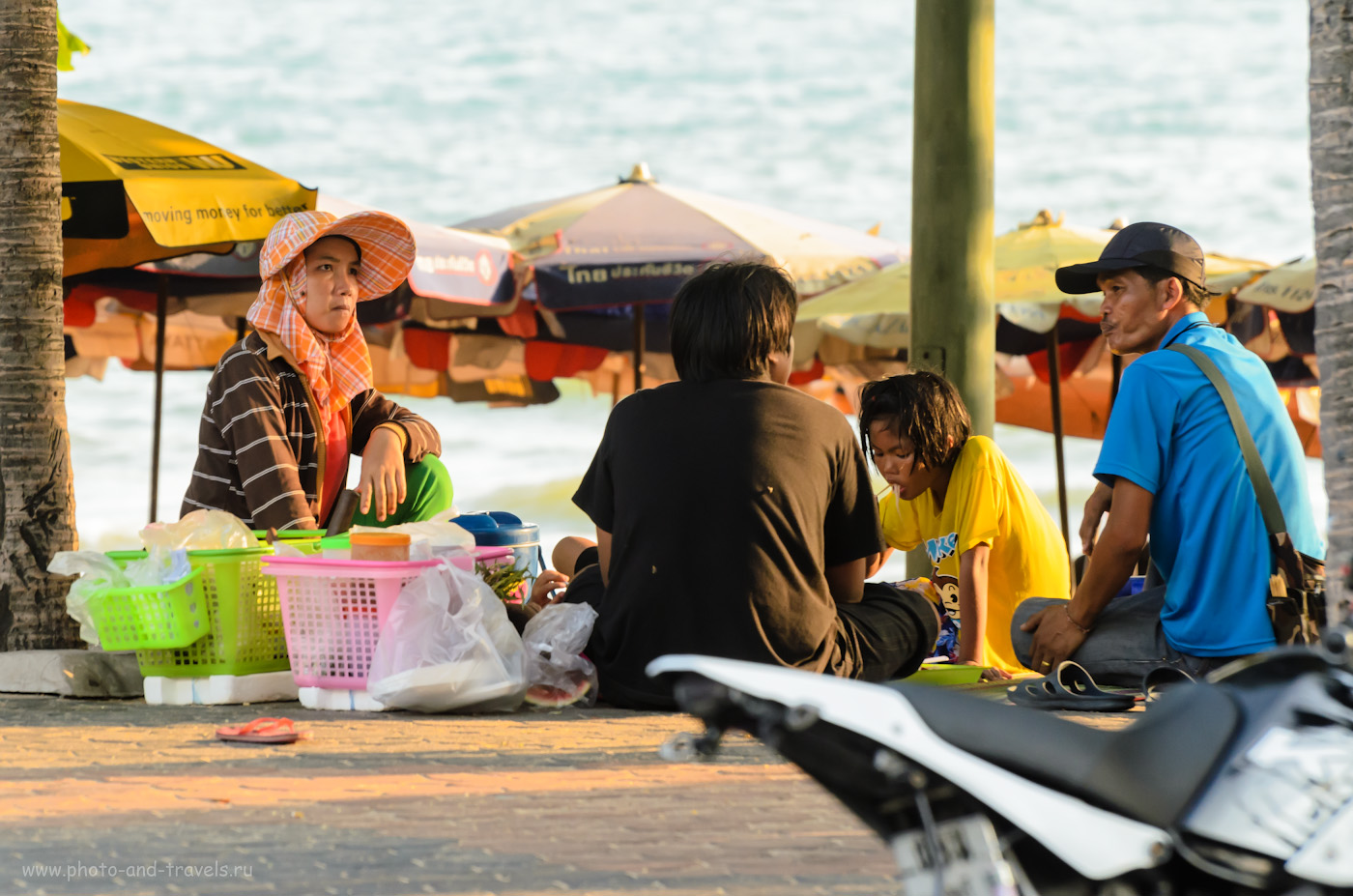25. Местные жители Паттайи. Прогулка по пляжу Джомтьен (Jomtien beach). Отзывы об отдыхе в Таиланде. (AF-S VR Zoom-Nikkor 70-300mm f/4.5-5.6G IF-ED, 1/250 сек, 0 eV, приоритет диафрагмы, f/5.3, 195 мм, 400)
