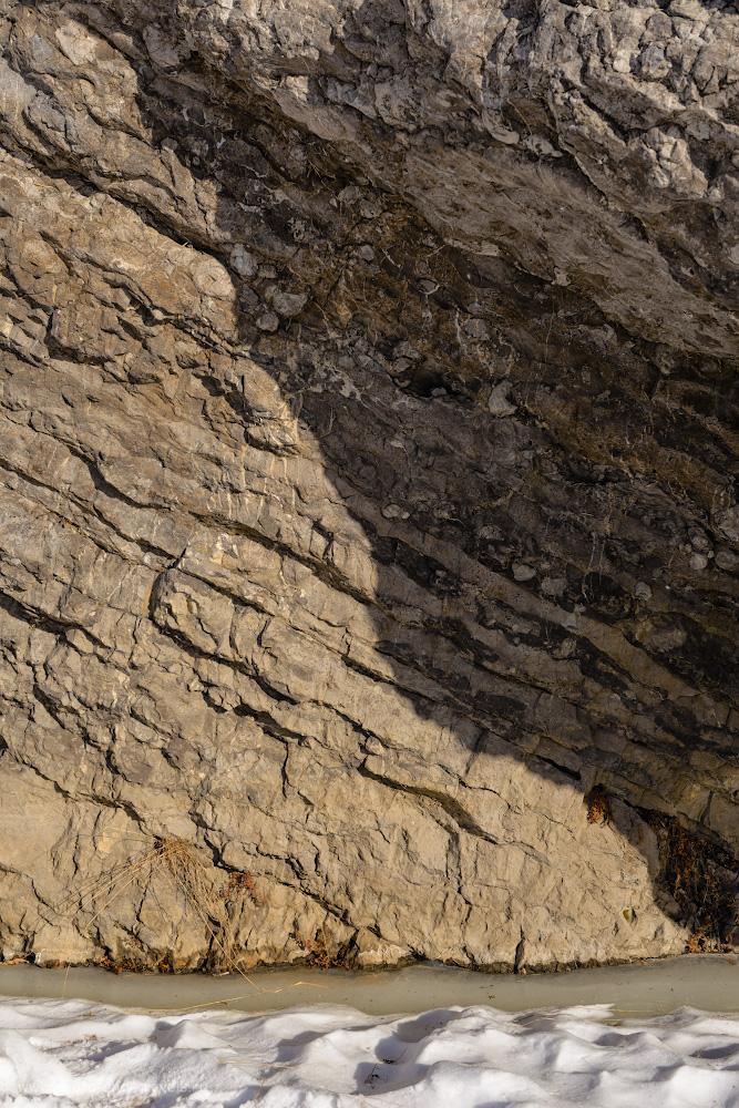 Фотография 29. Слои породы на скале у входа в Зотинскую пещеру. 1/200, 6.3, 100, 52.