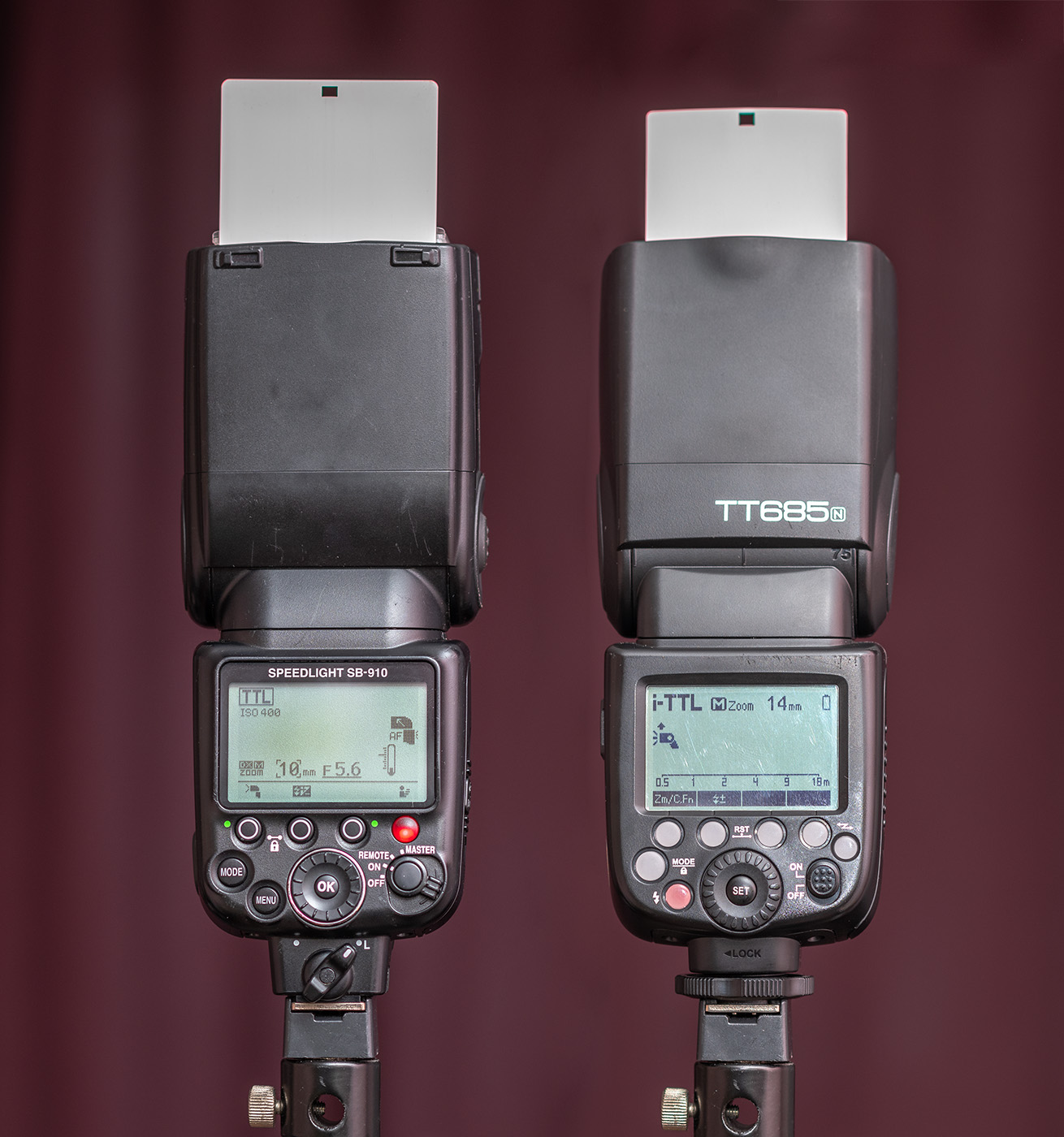 Фотография 2. Внешний вид вспышек Nikon SB-910 и Godox TT685n. Вид сзади. Сравниваем плюсы и минусы обеих моделей.