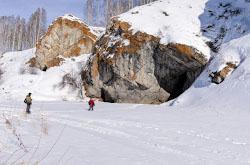 Na granitse CHeliabinskoi i Sverdlovskoi oblastei raspolozheno selo Zotino Nedaleko ot nego mozhno posetit Olginskii vodopad i peshcheru Zotinskaia Karta so skhemoi proezda.