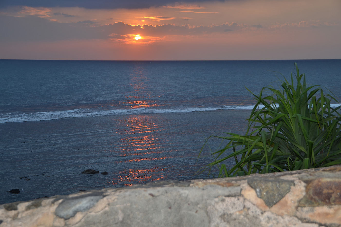 Фото 9. Чем славится Шри-Ланка? Своими невероятными закатами! Вечер на пляже Унаватуна. Настройки: 1/125, 5, 110, 55.