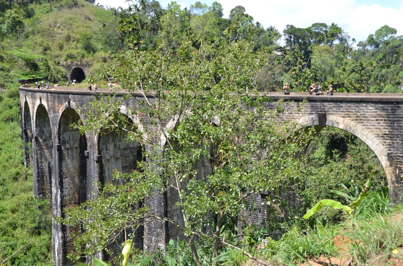 Фотография 20. Девятиарочный мост (DemodaraNineArch Bridge), который можно посмотреть недалеко от водопада Равана Фолc (Rawana Falls). Отзывы об экскурсиях из Унаватуны по Шри-Ланке на машине с водителем. 1/250, 8.0, 100, 55.